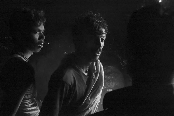 échange de regard photo de nuit haute lumière contraste technique grain argentique par Guy Monnet noir et blanc de la série célébration de la lumière, Shiva, Arunachala Tamil Nadu Inde