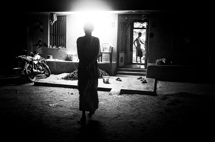 5 heures l'inde s'éveille photo de nuit haute lumière contraste technique grain argentique de Guy Monnet noir et blanc de la série rencontre nocturne
