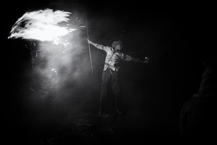 Patriote photo de nuit haute lumière contraste technique grain argentique par Guy Monnet noir et blanc de la série célébration de la lumière, Shiva, Arunachala Tamil Nadu Inde