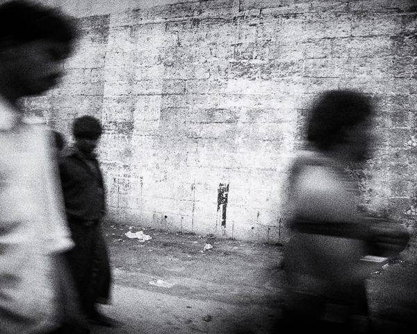 Trois hommes dans la rue photo floue contraste technique grain argentique de Guy Monnet noir et blanc de la série Tamil Nadu Tiruvannamalai Inde