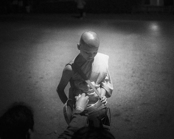 aumone au moine photo de nuit contraste technique grain argentique de Guy Monnet noir et blanc de la série rencontre nocturne