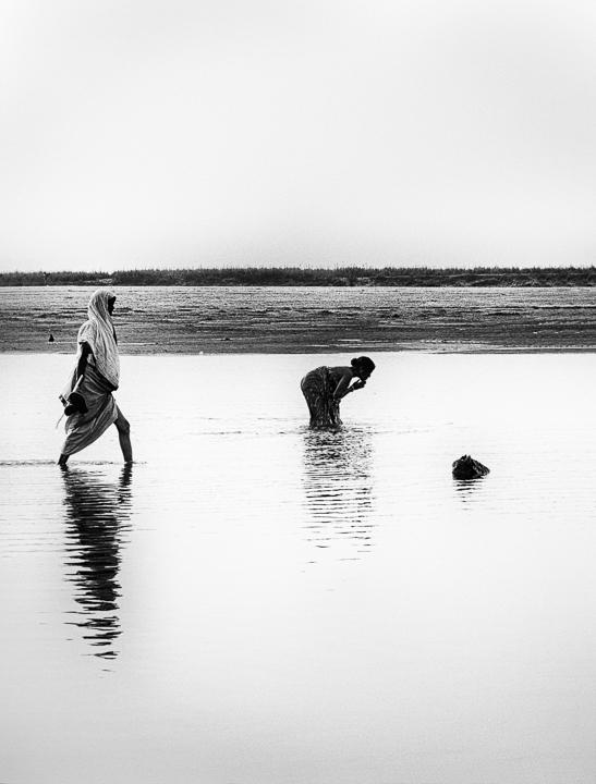 bain du soir photo noir et blanc technique grain argentique par Guy Monnet de la série Assam Inde
