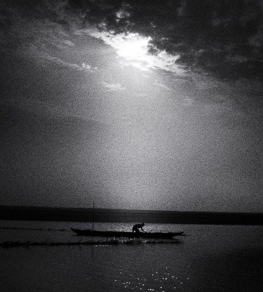 barque après l'orage photo noir et blanc technique grain argentique par Guy Monnet de la série Assam Inde