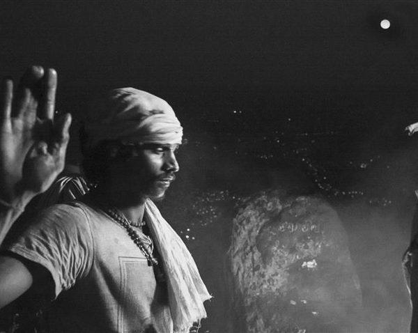 bienvenu en inde deepam photo de nuit haute lumière contraste technique grain argentique par Guy Monnet noir et blanc de la série célébration de la lumière, Shiva, Arunachala Tamil Nadu Inde