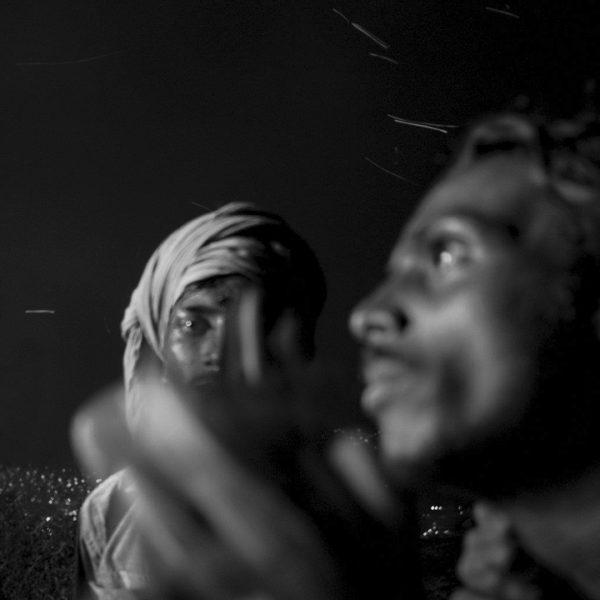 photo floue Arunachala de Guy Monnet noir et blanc de la série Karthikai Deepam Tamil Nadu Inde