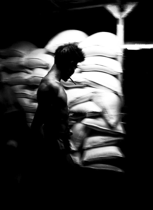 chargement des sacs de riz photo de nuit contraste technique grain argentique de Guy Monnet noir et blanc de la série rencontre nocturne Tiruvannamalai Tamil Nadu Inde