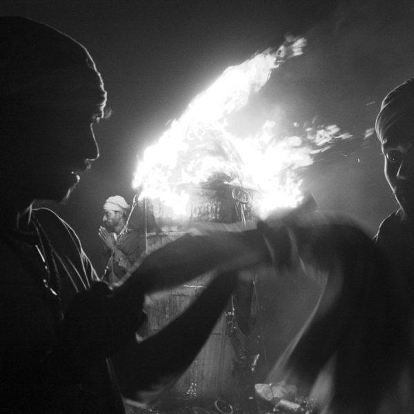 complicité contraste photo de nuit arunachala, montagne de Guy Monnet noir et blanc de la série Karthigai Deepam Tamil Nadu Inde