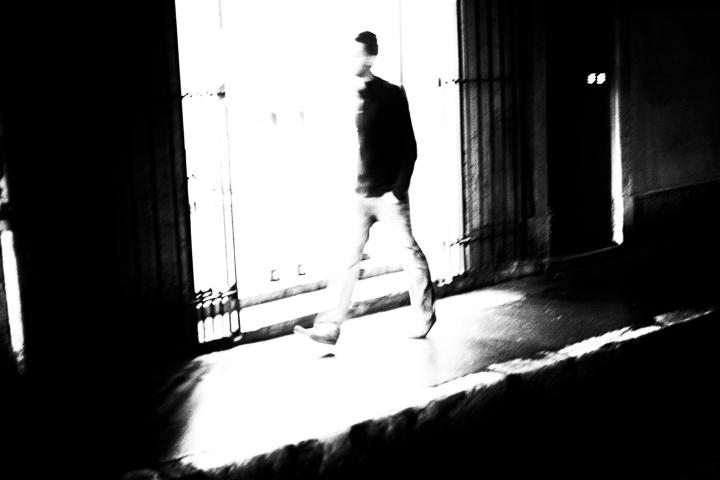 contre jour rue Paul Bert Aix en Provence photo de Guy Monnet noir et blanc de la série flânerie aixoise