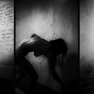 corps de douleurs prostituée Colon street Cebu Philippines photo de Guy Monnet noir et blanc de la série cris dans la nuit