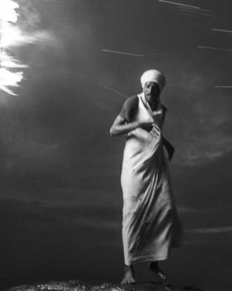 danse deepam photo de nuit haute lumière contraste technique grain argentique par Guy Monnet noir et blanc de la série célébration de la lumière, Shiva, Arunachala Tamil Nadu Inde