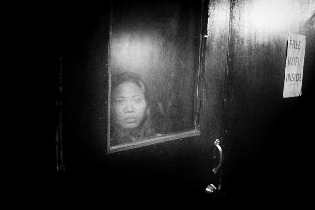 derrière la vitre prostituée Colon street Cebu photo de Guy Monnet noir et blanc de la série cris dans la nuit