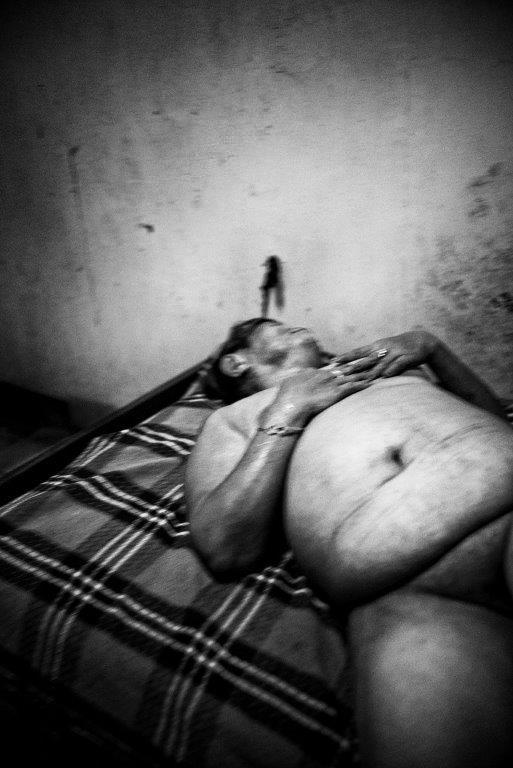 desir de repos clair-obscur photo de Guy Monnet noir et blanc prostituée de la série cris dans la nuit Colon street Cebu Philippines