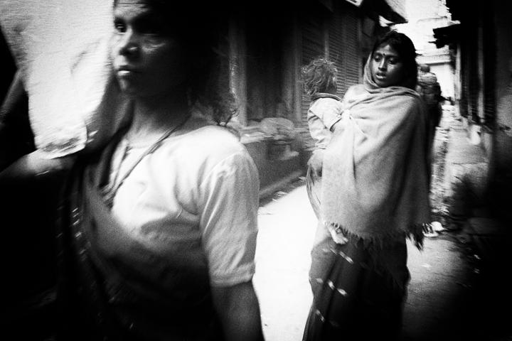 deux femmes et un enfant dans la rue photo contraste technique grain argentique de Guy Monnet noir et blanc de la série Tamil Nadu Tiruvannamalai Inde