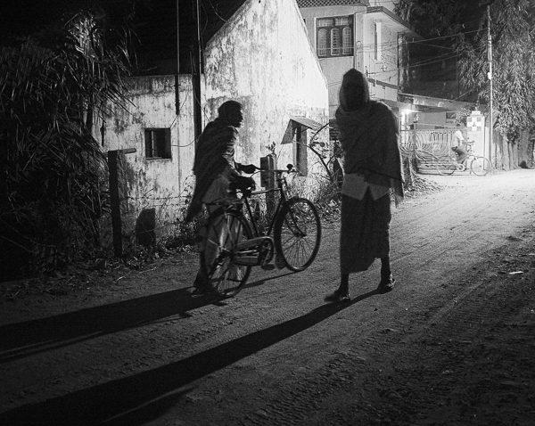 homme à la biciclette photo contraste technique grain argentique de Guy Monnet noir et blanc de la série Tamil Nadu Tiruvannamalai Inde