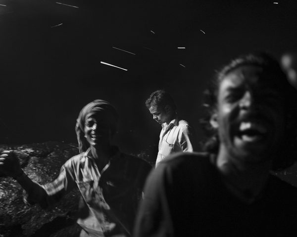 eclat de rire solitude photo de nuit haute lumière contraste technique grain argentique par Guy Monnet noir et blanc de la série célébration de la lumière, Shiva, Arunachala Tamil Nadu Inde