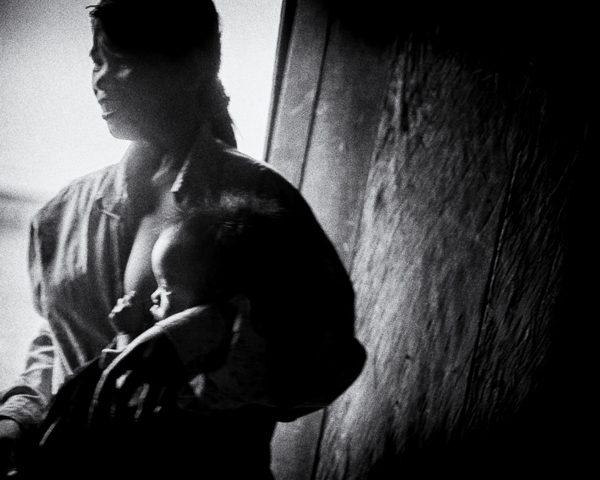 enfant au sein photo de nuit haute lumière contraste technique grain argentique de Guy Monnet noir et blanc de la série rencontre nocturne Tiruvannamalai Tamil Nadu Inde
