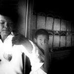 Photo haute lumière, contrasté noir et blanc technique grain argentique par Guy Monnet de la série enfants Asie