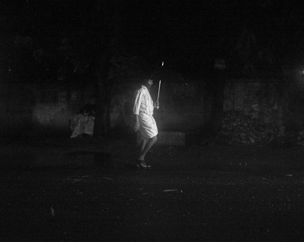 fantome et parapluie photo de nuit floue brume brouillard technique grain argentique de Guy Monnet noir et blanc de la série rencontre nocturne Tamil Nadu Tiruvannamalai Inde