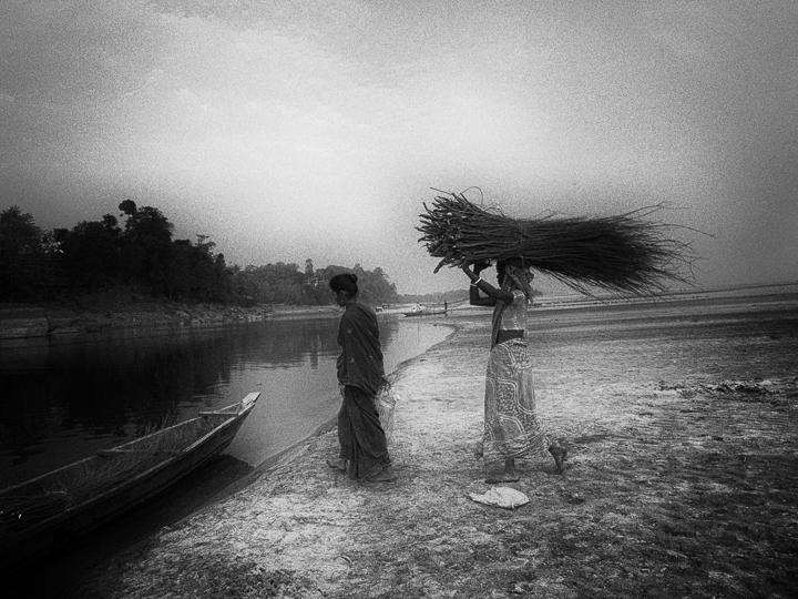 femme à la barque photo noir et blanc technique grain argentique par Guy Monnet de la série Assam Inde