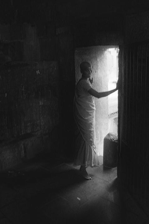femme devant porte photo floue technique grain argentique de Guy Monnet noir et blanc de la série Tamil Nadu Tiruvannamalai Inde