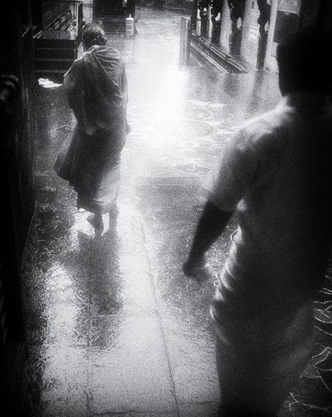 femme la pluie photo floue brume brouillard technique grain argentique de Guy Monnet noir et blanc de la série Tamil Nadu Tiruvannamalai Inde