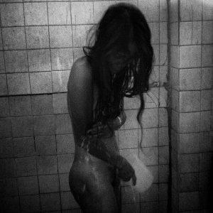 jeune femme sous la douche prostituée Colon street Cebu Philippines photo de Guy Monnet noir et blanc de la série cris dans la nuit