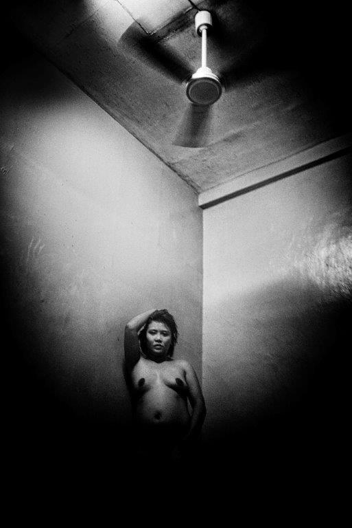 femme sous le ventialteur prostituée de la série cris dans la nuit Colon street Cebu Philippines photo de Guy Monnet noir et blanc