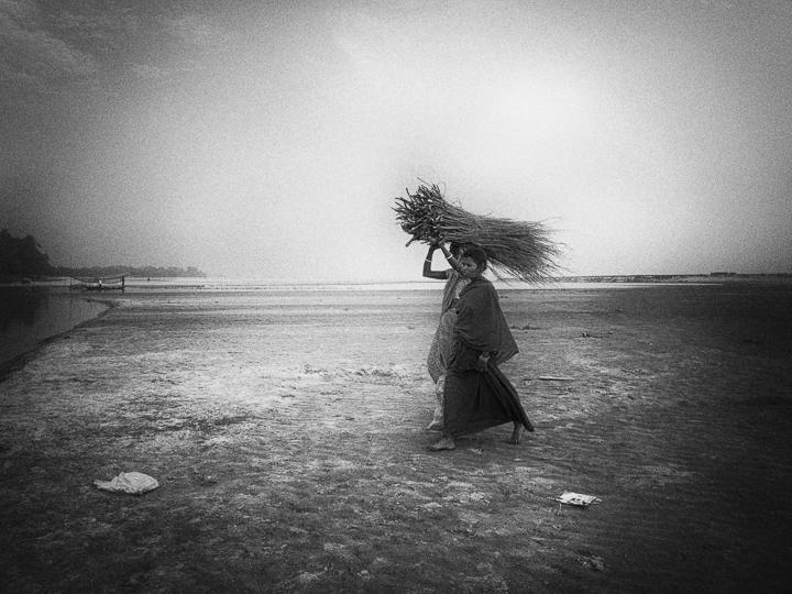 femmes au fagot photo noir et blanc technique grain argentique par Guy Monnet de la série Assam Inde
