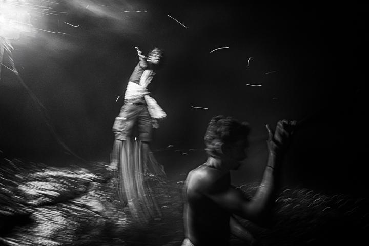 feu follet photo de nuit haute lumière contraste technique grain argentique par Guy Monnet noir et blanc de la série célébration de la lumière, Shiva, Arunachala Tamil Nadu Inde