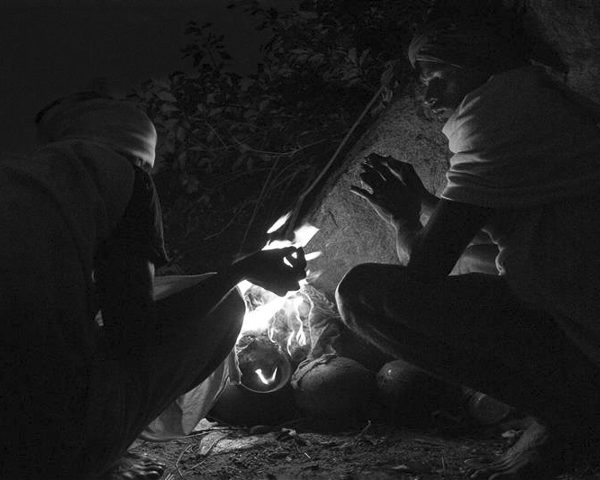 feu reconfort photo de nuit haute lumière contraste technique grain argentique par Guy Monnet noir et blanc de la série célébration de la lumière, Shiva, Arunachala Tamil Nadu Inde