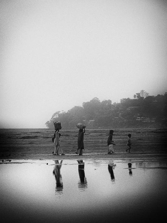 fin de journée photo noir et blanc technique grain argentique par Guy Monnet de la série Assam Inde