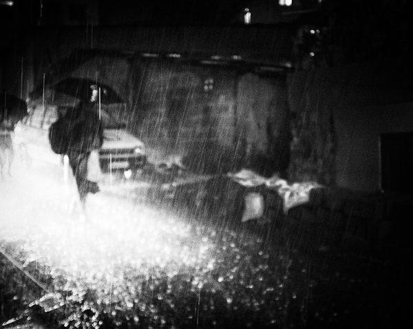 flaque de lumière photo nuit haute lumière contraste technique grain argentique de Guy Monnet noir et blanc de la série rencontre nocturne Tiruvannamalai Tamil Nadu Inde