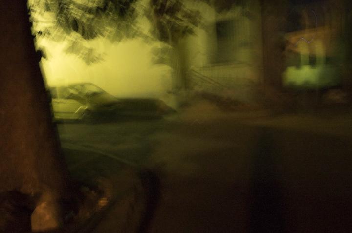 flou de voitures nuit arles photo couleur de Guy Monnet de la série Murmure de lumière