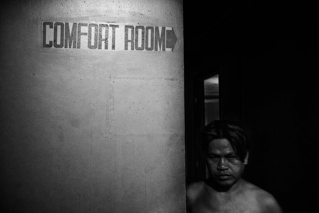 gardien des lieux prostituée Colon street Cebu Philippines photo de Guy Monnet noir et blanc de la série cris dans la nuit