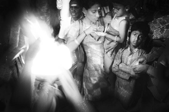 graçon et rituel photo haute lumière technique grain argentique de Guy Monnet noir et blanc de la série Tamil Nadu Inde