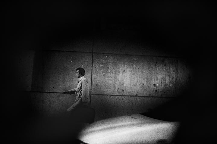 homme a l'imperméable parking Mignet Aix en Provence photo de Guy Monnet noir et blanc de la série flânerie aixoise