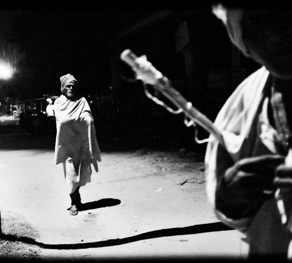 homme au chale photo nuit haute lumière contraste technique grain argentique de Guy Monnet noir et blanc de la série rencontre nocturne Tiruvannamalai Tamil Nadu Inde