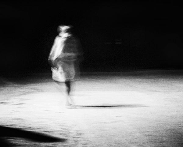 homme sur la route photo floue technique grain argentique de Guy Monnet noir et blanc de la série Tamil Nadu Inde