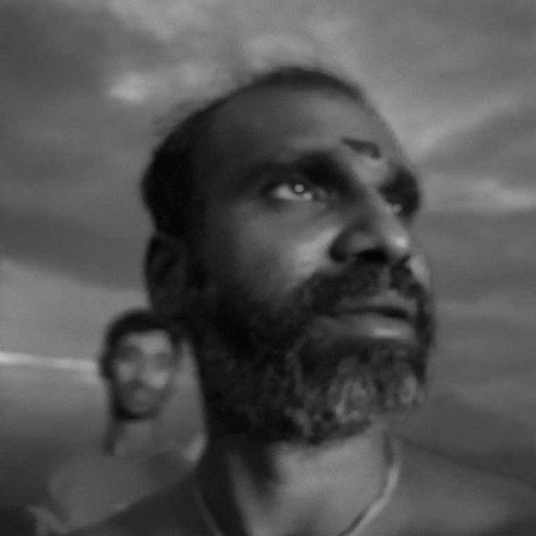 portrait floue, rituel à shivas photo de Guy Monnet noir et blanc de la série Karthikai Deepam Tamil Nadu Inde