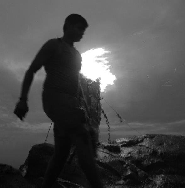 contre jour, rituel à shivas photo de Guy Monnet noir et blanc de la série Karthikai Deepam Tamil Nadu Inde