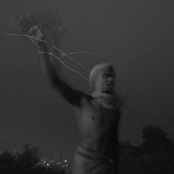 photo floue, rituel à shivas photo de Guy Monnet noir et blanc de la série Karthikai Deepam Inde
