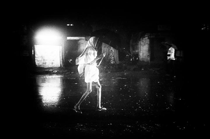 jambes nues, photo nuit, haute lumière contraste technique grain argentique de Guy Monnet noir et blanc de la série rencontre nocturne Tiruvannamalai Tamil Nadu Inde