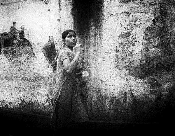 jeune femme en sari dans la rue photo contraste technique grain argentique de Guy Monnet noir et blanc de la série Tamil Nadu Tiruvannamalai Inde