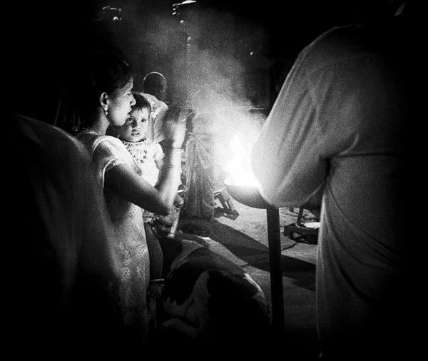 jeune femme et enfant photo contraste technique grain argentique de Guy Monnet noir et blanc de la série Tamil Nadu Tiruvannamalai Inde