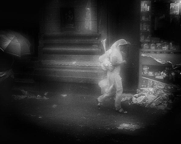 jeune femme floue sous la pluie photo floue technique grain argentique de Guy Monnet noir et blanc de la série Tamil Nadu Inde