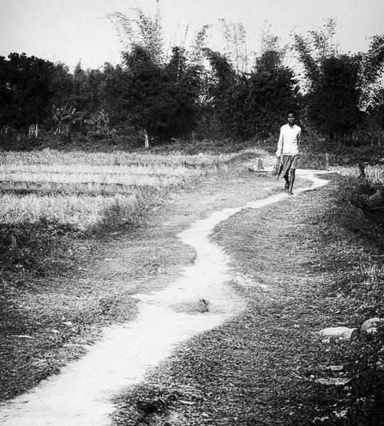 jeune homme sur la route photo contraste technique grain argentique de Guy Monnet noir et blanc de la série Tamil Nadu Inde