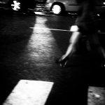 jeux de jambes place d'Albertas 13100 Aix en provence photo de Guy Monnet noir et blanc de la série flânerie aixoise