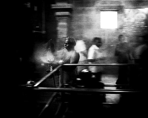 l'encensoir, l'encenseur, temple photo contraste technique grain argentique de Guy Monnet noir et blanc de la série rencontre nocturne Tiruvannamalai Tamil Nadu Inde