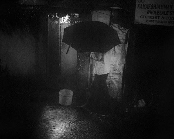 photo de nuit contraste technique grain argentique de Guy Monnet noir et blanc de la série rencontre nocturne