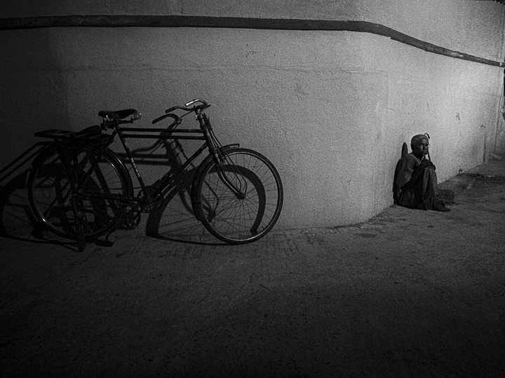 la bicyclette photo noir et blanc technique grain argentique par Guy Monnet de la série rencontre Inde